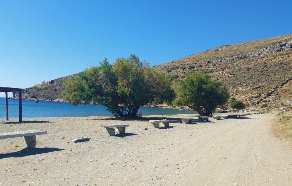 Παγκάκια στην παραλία του Σπαθιού από τον Δήμο Κέας