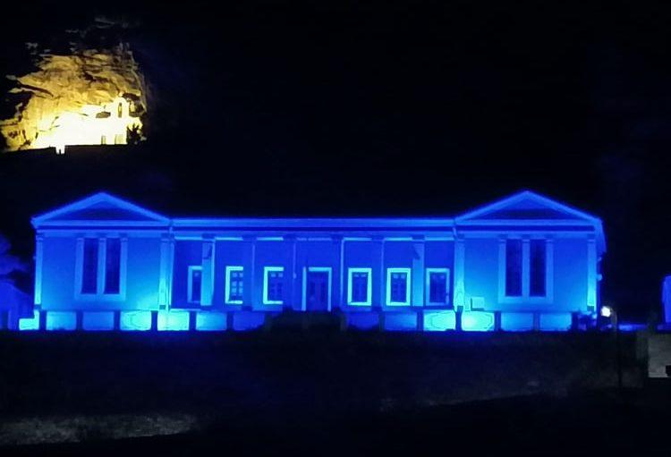 Φωτίστηκε μπλε το Δημαρχείο Κέας για την Ημέρα Ευαισθητοποίησης για τη Δυσλεξία